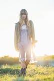 Chica joven de moda en vestido y chaqueta escarpados Imagenes de archivo
