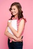 Chica joven de moda que presenta con la libreta espiral Fotos de archivo