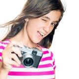 Chica joven de moda y divertida que sostiene una cámara compacta Fotografía de archivo