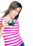 Chica joven de moda y divertida que sostiene una cámara compacta Foto de archivo libre de regalías