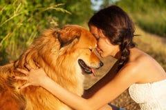 Chica joven de Prettty que abraza su perro lindo imagen de archivo libre de regalías