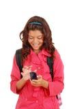 Chica joven de risa con el teléfono celular Fotos de archivo