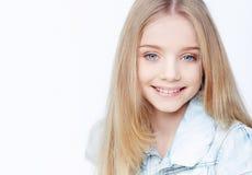 Chica joven de Smilling con el pelo largo Fotografía de archivo libre de regalías