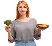 Chica joven de Smilling que se sostiene en pepitas de pollo de las manos Concepto del alimento Foto de archivo