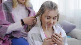 Chica joven del apego de Internet que mira smartphone Imagen de archivo libre de regalías