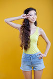 Chica joven del asiático de la moda Retrato en amarillo Fotografía de archivo libre de regalías