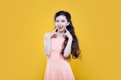 Chica joven del asiático de la moda Retrato en amarillo Fotos de archivo libres de regalías