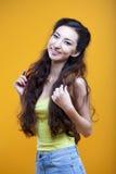 Chica joven del asiático de la moda Retrato en amarillo Imágenes de archivo libres de regalías