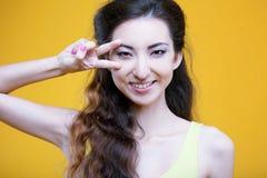 Chica joven del asiático de la moda Retrato en amarillo Imagenes de archivo