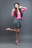 Chica joven del asiático de la moda Retrato en gris Imagen de archivo