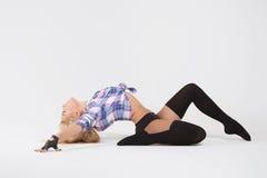 Chica joven del gimnasta de la muchacha que hace los ejercicios gimnásticos aislados Fotografía de archivo libre de regalías