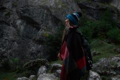 Chica joven del inconformista con la mochila en montañas Imágenes de archivo libres de regalías