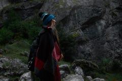 Chica joven del inconformista con la mochila en montañas Imagenes de archivo