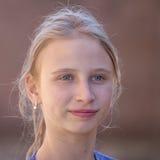 Chica joven del retrato al aire libre, cerca para arriba Imagenes de archivo