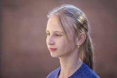 Chica joven del retrato al aire libre, cerca para arriba Foto de archivo libre de regalías