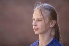 Chica joven del retrato al aire libre, cerca para arriba Foto de archivo