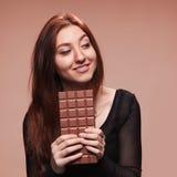 Chica joven del retrato con el chocolate grande Fotografía de archivo libre de regalías