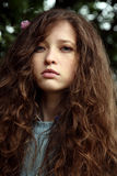 Chica joven del retrato con la flor en el pelo Fotos de archivo