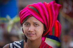 Chica joven del retrato con thanaka en su cara de la sonrisa Lago Inle, Myanmar Foto de archivo libre de regalías