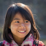 Chica joven del retrato con thanaka en su cara de la sonrisa Lago Inle, Myanmar Foto de archivo