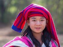 Chica joven del retrato con thanaka en su cara de la sonrisa Lago Inle, Myanmar Imagen de archivo libre de regalías