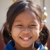 Chica joven del retrato con thanaka en su cara de la sonrisa Lago Inle, Myanmar Fotos de archivo