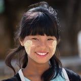 Chica joven del retrato con thanaka en su cara de la sonrisa Mandalay, Myanmar Foto de archivo