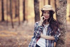 Chica joven del retrato en el bosque soleado Fotos de archivo libres de regalías