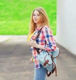 Chica joven del retrato que lleva una camisa con la mochila al aire libre Foto de archivo libre de regalías