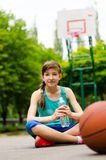 Chica joven deportiva en una cancha de básquet Fotografía de archivo libre de regalías