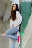 Chica joven deprimida en el edificio abandonado Imagen de archivo