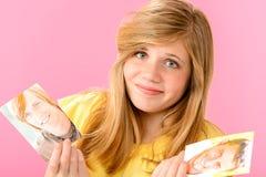 Chica joven desconcertada sobre dos individuos Fotos de archivo libres de regalías