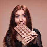 Chica joven descontentada con el chocolate grande Fotos de archivo libres de regalías