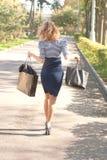 Chica joven después de hacer compras Imágenes de archivo libres de regalías