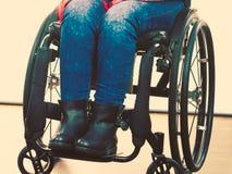 Chica joven discapacitada en la silla de ruedas foto de archivo