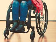 Chica joven discapacitada en la silla de ruedas fotos de archivo