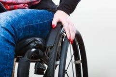 Chica joven discapacitada en la silla de ruedas fotos de archivo libres de regalías