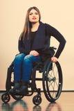 Chica joven discapacitada en la silla de ruedas imágenes de archivo libres de regalías