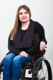 Chica joven discapacitada en la silla de ruedas imagen de archivo libre de regalías