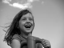 Chica joven, diversión en un patio Foto de archivo