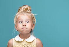Chica joven divertida, bonita Fotos de archivo libres de regalías