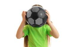 Chica joven divertida en camisa verde con la bola en manos Foto de archivo