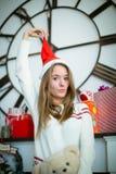 Chica joven divertida que tira del casquillo de la Navidad Fotos de archivo libres de regalías