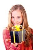 Chica joven dulce con los regalos de Navidad Imagen de archivo libre de regalías