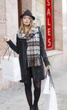 Chica joven dulce de los freakles para hacer compras Imagen de archivo