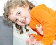 Chica joven dulce sonriente Foto de archivo libre de regalías