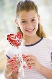 Chica joven el el día de tarjeta del día de San Valentín con el globo del amor Foto de archivo libre de regalías