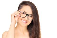 Chica joven elegante con la presentación de las lentes Imagenes de archivo