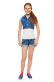 Chica joven elegante en pantalones cortos de los vaqueros de un chaleco y del dril de algodón Adolescente del estilo de la calle, Foto de archivo libre de regalías