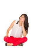 Chica joven elegante hermosa que se sienta sobre blanco Imagen de archivo